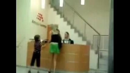 хлапе прави майка си разногледа