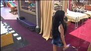 Катрин похапва вафла
