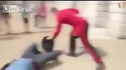 Гвардеец нокаутира мъж, който се гаври с него