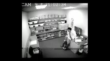 Дебелак се опитва да си снима задника на ксерокс