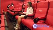 Азиатка Се Забавлява На 4d Imax Кино