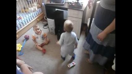 дете играе на гагнам стайл
