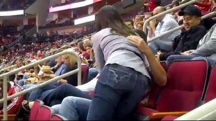 Целувката която тя очакваше ,ще я запомнят и зрителите от стадиона!