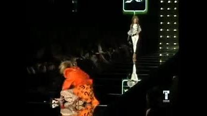 манекенки падат на подиума
