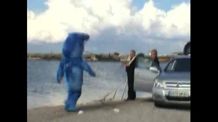 Луд фен се прави на Акула и дразни хората