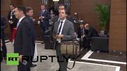 Мъж се промъква край Обама и Путин в стил мистър Бийн