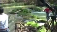 Maricruz и Solita плуват в реката