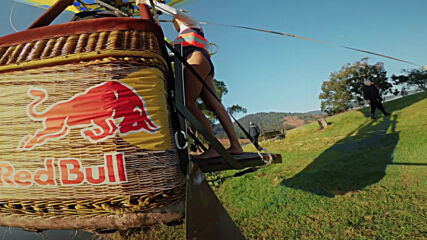 Australian champion becomes first person to dive from moving hot air balloon