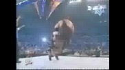 Брок Леснар прави Powerbomb на Грамадата