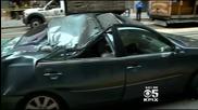 Мъж оцелява след падане от 11ти етаж върху кола