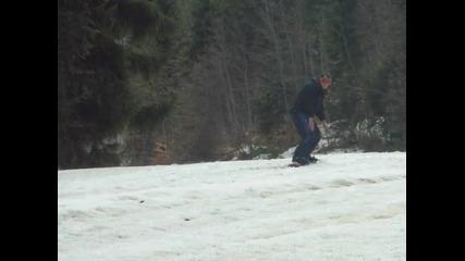 Байо се мъчи да кара сноуборд на Добринище