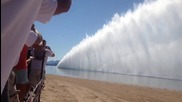 Вижте как се вдига водна стена !