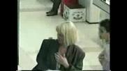 Скривена камера Мъж стряска хора като се прави на бебе