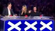 Britains Got Talent - Мъж дърпа микробус с едното си ухо !