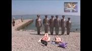 Военни приветстват момичета по монокини, Скрита камера