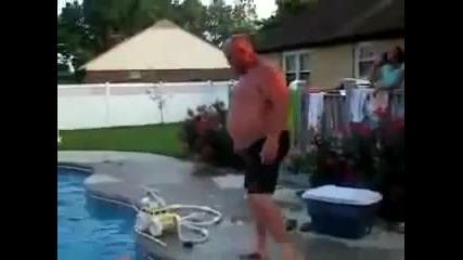 Дебел мъж минава през детски пояс