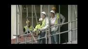 Мацка натрива носа на строителни работници