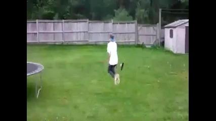 Момче лети с метла като баба Яга... !