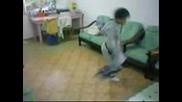 Малко Момче Танцува На Хардстайл