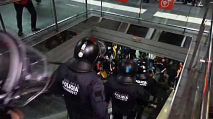 Spain: Police scuffle with protesters occupying Barcelona subway station