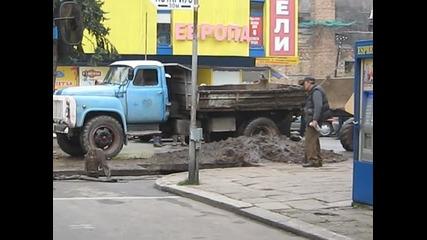 Камион затънал в асфалта в Кюстендил