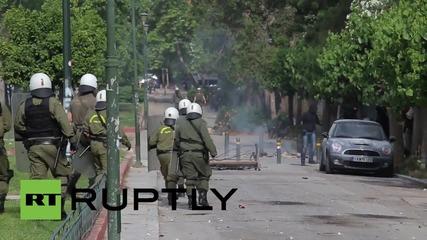 Крайно леви протестиращи хвърлят коктейли Молотов в полицаи в Атина