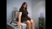 Жена снима дупето си на ксерокс - Смях