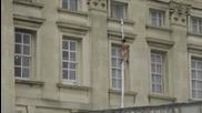 Гол мъж се спусна по чаршаф от Бъкингамския дворец
