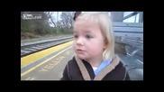 Момиченце чака с нетърпение пристигащ влак