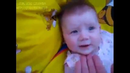 Бебе издава забавни звуци 100% С М Я Х