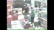 Момче в инвалидна количка поваля крадец