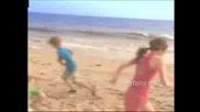 Miley Cyrus На Плажа (Video)