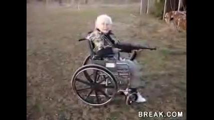 80 годишна баба стреля с автомат Смях!!!