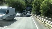 Камион с прасета се преобърна между Симитли и Кресна