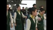 Стюарди и стюардеси танцуваха, веселейки пътниците на летището в Шанхай