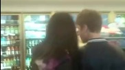 Сладури! Селена и Джъстин в магазин .. !
