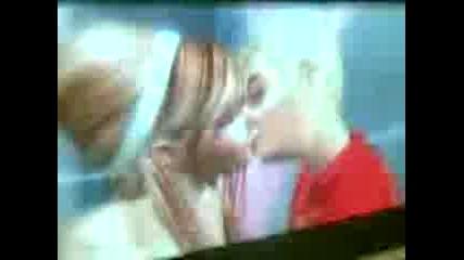 Първа целувка на Симове :*