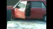 Толко Е Пиян Че Не Може Да Си Влезне В Колата !!!