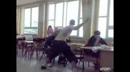 Ученик дразни свой съученик ама друг го отнася