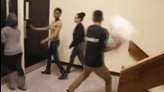 Пич предизвиква хората на бой с възглавници