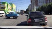 Опасен дядка на пътя с москвич! За него няма светофар