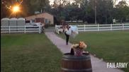 Младоженец изпуска булката, докато я носи на сватбения ден