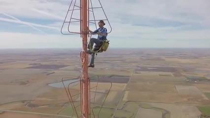Техник Се Качва На Телевизиона Кула Висока 457 Метра За Смяна На Една Лампа