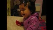 даяна се смее на си играчка