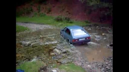 Москвич 21412 минава през реката