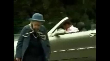 *голям смях*бабката заспа на пътя докато пресича!!!