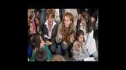 Майли Сайръс в училище в Колумбия