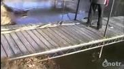 Дебелак скача в леда !