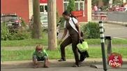 Скрита камера - Дете минава през тухлена стена