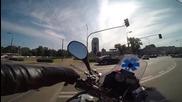 Парамедик с мотоциклет си проправя път през града в час пик при спешен случай!